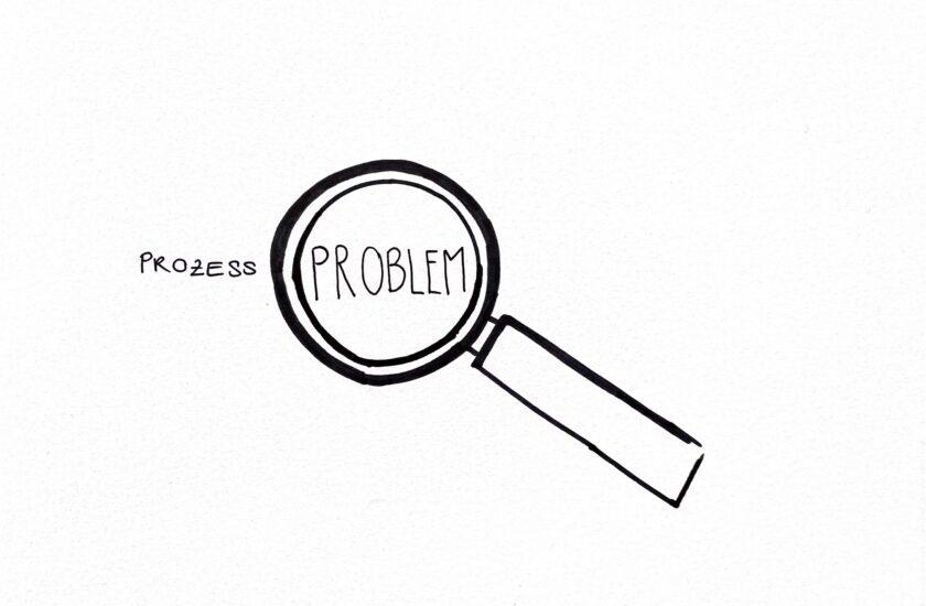 Prozessoptimierung: Skizzierte Lupe , welche das Wort Prozess-Probleme vergrössert