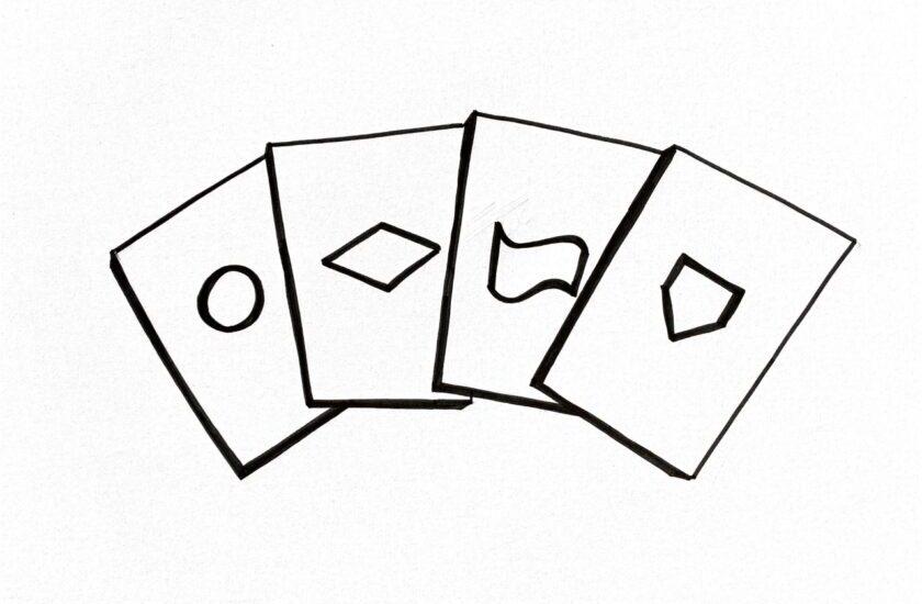 Skizzierte Spielkarten mit Zeichen aus der Prozessoptimierung als Symbol für das Prozess-Management-Spiel
