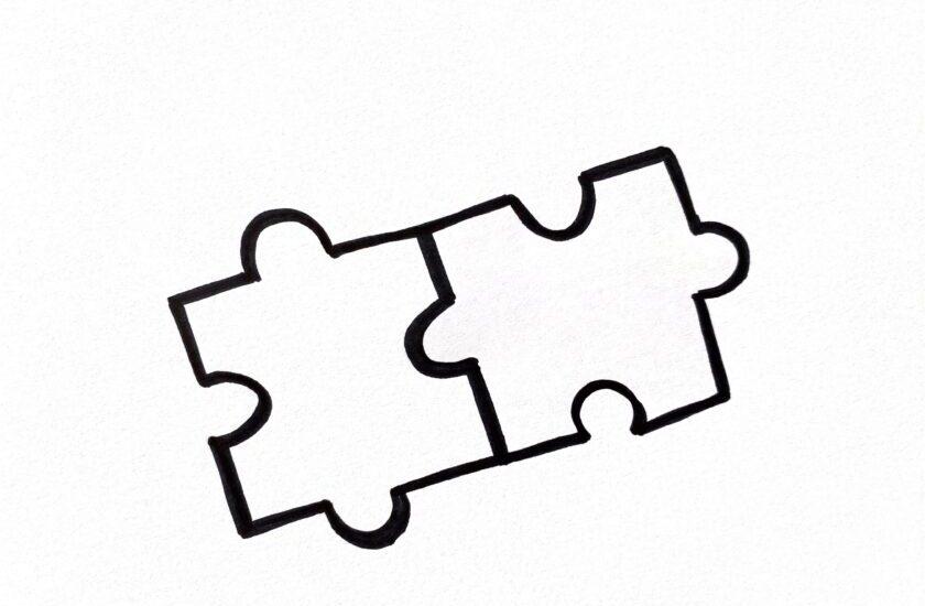 Zwei skizzierte Puzzleteile die an einer Stelle zusammenhalten als Symbol für Poka Yoke
